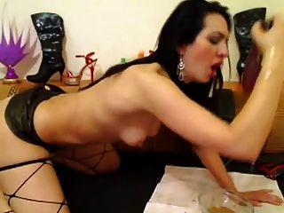 श्यामला लड़की कैम पर एक चरम मैला डिल्डो देता है