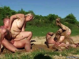 grannies कीचड़ में गड़बड़ हो