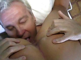 सेक्सी नर्स बूढ़े आदमी का ख्याल रखता है