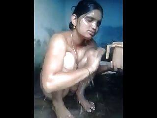 भारतीय एमआईएलए स्नान और उसे सुंदर बिल्ली दिखा