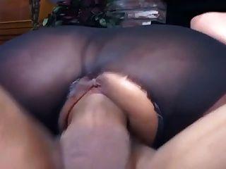 ऊपर फट pantyhose में श्यामला कमबख्त