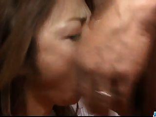 सारा Seori उसके होंठ और तंग छेद के साथ जादू बनाता है