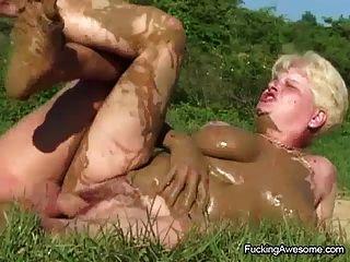 परिपक्व लड़कियां खुले में युवा लंड का आनंद
