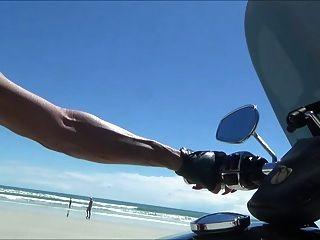 समुद्र तट पर जांघ जूते में सेक्सी चमड़े बाइकर