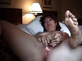 होटल के कमरे में अकेले पत्नी