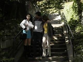 दो जर्मन लड़कियों सीढ़ियों पर कमबख्त घर के बाहर