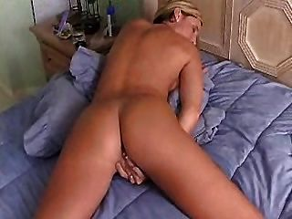 महान गधा उंगलियों orgasms तक उसे बिल्ली के साथ गर्म गृहिणी