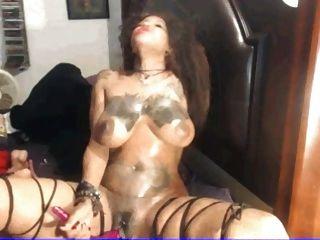 संचिका छेदा और टैटू आबनूस देवी clit के साथ खेल