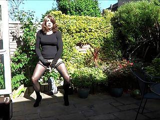 एलिसन बगीचे में उसे बट प्लग के साथ खेलता है