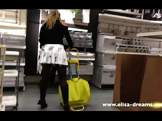 सुनहरे बालों वाली लड़कियों और एक प्रसिद्ध दुकान 2 में नहीं जाँघिया चमकती