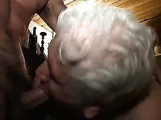 युवा लोगों के साथ नानी 1