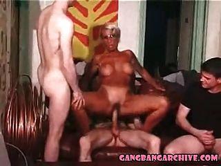 गैंगबैंग संग्रह tanned यूरो एमआईएलए 4 सफेद लड़कों द्वारा gangbanged