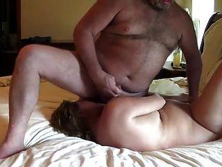 पत्नी के चेहरे में अपने पति के शुक्राणु के साथ चलाता है