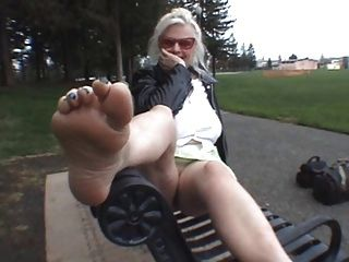 आओ और मेरे पैरों को चूम