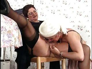 जर्मन grannies रसोई में लेस्बियन सेक्स में संलग्न