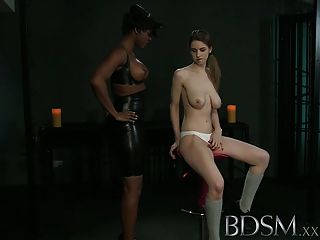 बीडीएसएम XXX युवा लड़की सेक्सी समलैंगिक मालकिन से एक आघात हो जाता है
