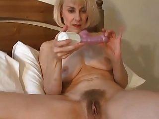 सेक्सी ब्रिटिश milf उसे बिल्ली जाग और खिलौने!