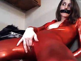 bodysuit पतली लड़की पहने बिल्ली के साथ खेलता है