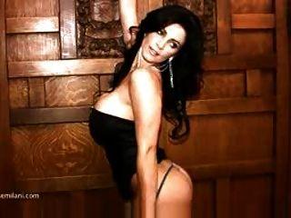 एक काला पोशाक गैर नग्न में milani denise