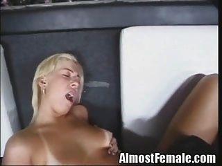 सेक्सी किन्नर fucks आदमी और बार में लड़की