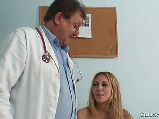 पुराने चिकित्सक द्वारा सैम जीनो बिल्ली की उचित परीक्षा