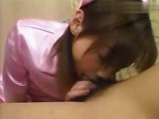 वर्दी में एशियाई लड़की सिर देता है