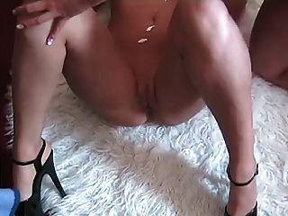 2 जर्मन लड़कियों उसे कमबख्त गर्म शरीर creams