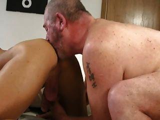 बड़े जॉन्स अपने सेक्सी प्रशंसक क्रिस से मरोड़ते हैं