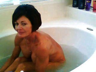 नहा रहा हूँ