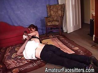 नीचे पहनने के कपड़ा महिला में प्रमुख सफेद एक आदमी के साथ wrestles