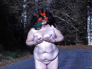 एक पहाड़ सड़क पर नग्न brenda