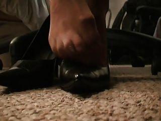 डेस्क के नीचे पैंटहोस पैर