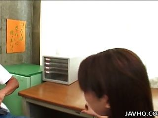 सेक्सी जापानी लड़की युकी हिराई स्कूल कक्षा में गड़बड़!