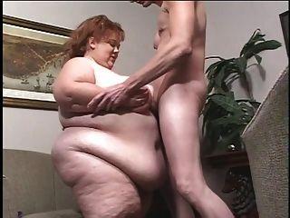 अजीब तरह से मोटे सफेद लड़की स्कीनी लड़के द्वारा titballed हो जाता है