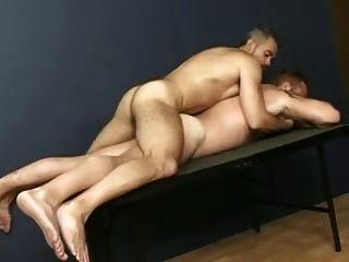 बड़े आदमी को मेज पर मिलता है