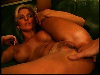 नकली स्तन के साथ गोरा उसे गधे drilled और सिर देने के बाद उँगलियों हो जाता है