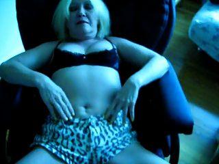 आधा ब्रा के साथ सेक्सी शॉर्ट्स और क्रोटकलेस पैंटिस में स्क्विथ