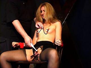 एक बीडीएसएम सत्र में छोटे स्तन लड़की