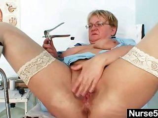 अस्पताल में प्राकृतिक बड़े स्तन विचित्र हस्तमैथुन