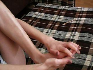 लड़की अपने पैर 1 मार रहा है