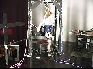 कोर्सेट में प्यारा युवा लड़की को उसके निपल्स और मांस को गुरु द्वारा अत्याचार किया गया है