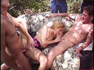 गोरा पत्नी अपने पति के सामने दो स्टड से गड़बड़ होती है
