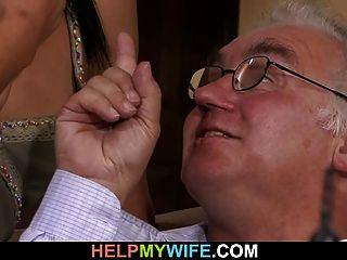बूढ़ी पति अपनी प्यारी पत्नी बकवास देखता है