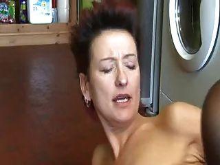 रसोई में बिना उसकी मां बीवीआर के हस्तमैथुन
