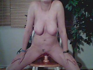 बड़े स्तन के साथ लड़की dildo पर बैठता है 1