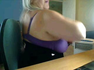 वेब कैमरा में गर्म बड़े स्तन माँ