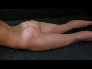 पति जमीन में पत्नी को फेंकने (लघु वीडियो)