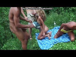 3 लड़के सुनहरे बालों वाली जंगल में मुश्किल fucked