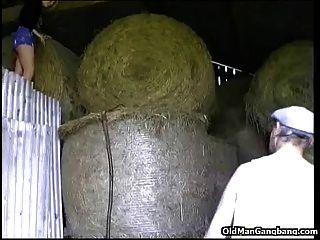 शहर लड़की पुराने किसान द्वारा गड़बड़