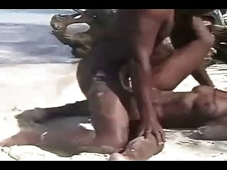 समुद्र तट पर न्यडिस्टेंफक